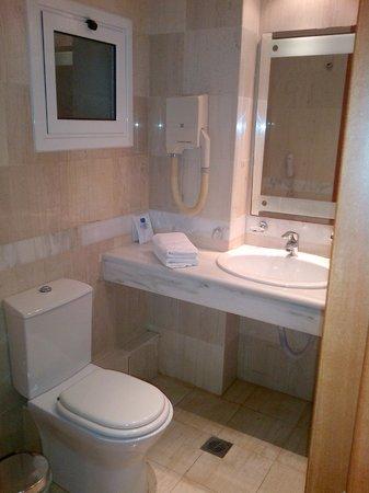 Serita Beach Hotel: bathroom