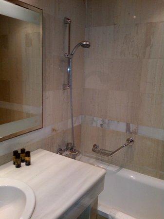 Serita Beach Hotel: shower and sink