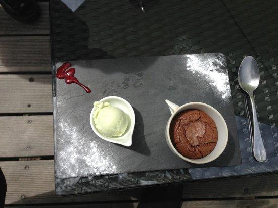 Auberge de la Croix Perrin: Dessert : mi-cuit au chocolat et glace à la verveine