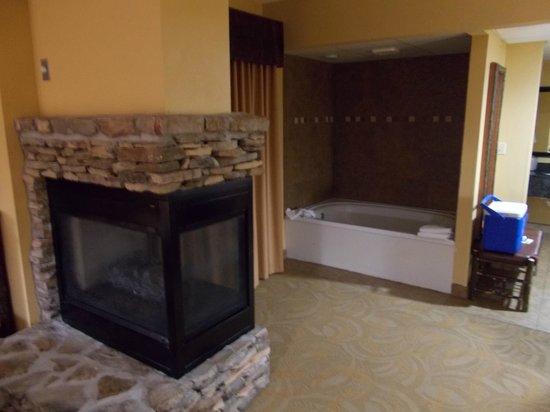 Old Creek Lodge: Fireplace & Jacuzzi tub
