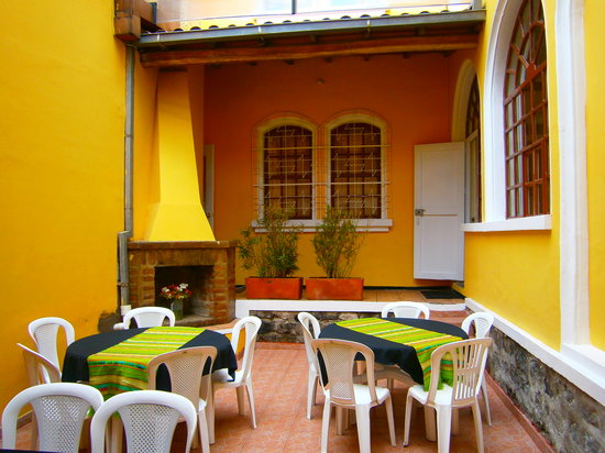 Yellow House Hotel: covered patio for having a  cup of coffee, reading or chatting with fellow travellers