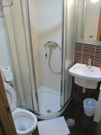 Hotel Trebol: Small but clean bathroom