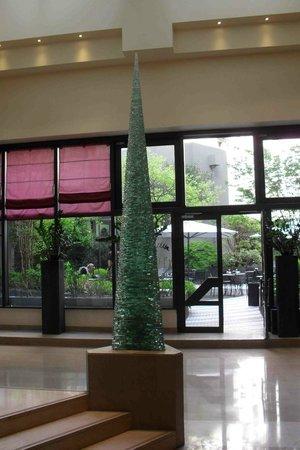 Novotel Paris Les Halles: Novotel Lounge and courtyard