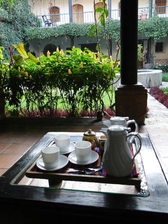Hotel Posada de Don Rodrigo: Coffe in one of the courtyards.  Great way to start the day.