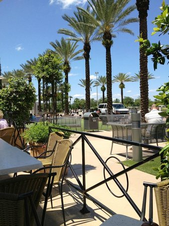 Brio Tuscan Grille: View from outside tables