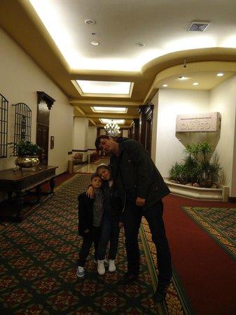 Crowne Plaza Hotel Santiago: Corredor de entrada para o café da manhã