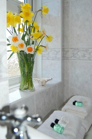 Drummore, UK: Auld Smiddy Cottage Bathroom with bath and shower in bath