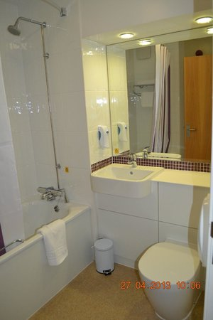 Premier Inn Dumbarton/Loch Lomond Hotel: Bathroom
