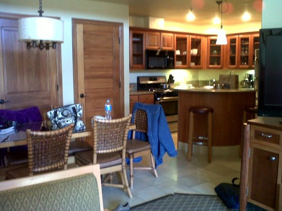 Valdoro Mountain Lodge: Dining room and kitchen