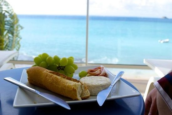 Bleu Emeraude : eating lunch on our balcony