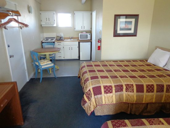 Ocean Shores Inn & Suites: 2 queen studio w/kitchen