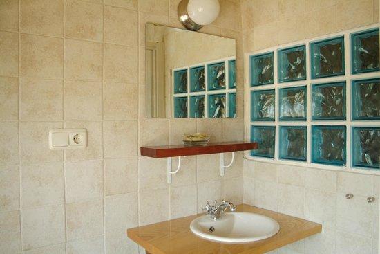 Art and relax-paperki enea-: Baño común a dos habitaciones.