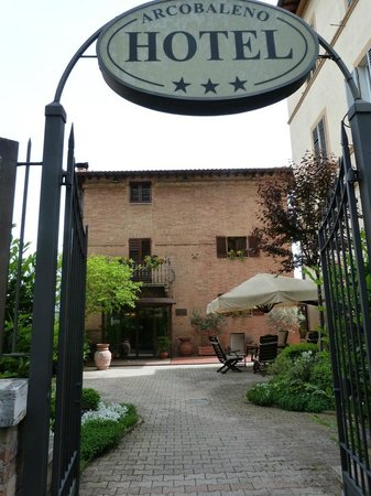 Hotel Arcobaleno: front entrance