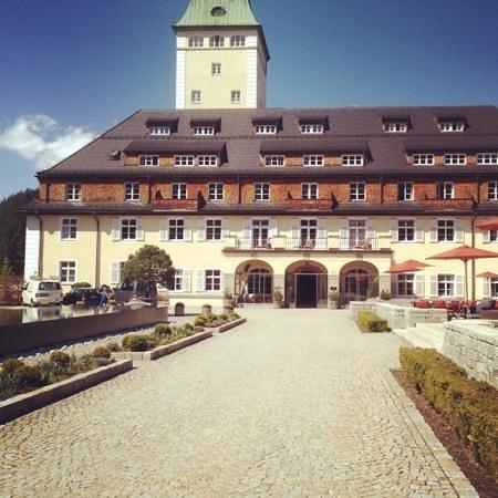 Schloss Elmau: Haupteingang Ostseite im Frühjahr