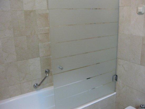 Hotel Derby Sevilla: Ducha con bañera
