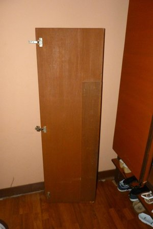 Tango Beach Resort: Heavy door which fell and struck my wife !!