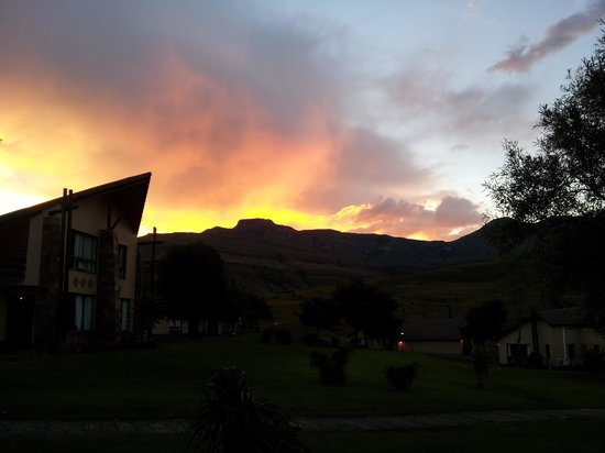 Alpine Heath Resort: Sunset in the Drakensberg