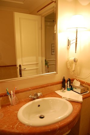 Courtyard by Marriott Rome Central Park: hair dryer and the oldfashioned tap :)