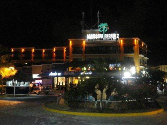 Koox Caribbean Paradise Hotel: Hotel en la noche desde la 5a Avenida