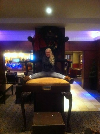 Hallmark Hotel Preston Leyland: Big chair in reception