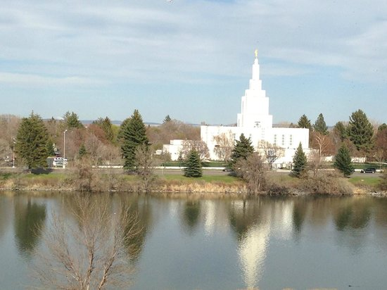 Hilton Garden Inn Idaho Falls: River view of the temple.
