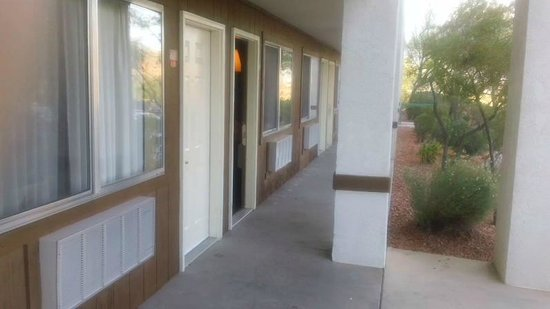 Virgin River Hotel & Casino: Outside entrances to rooms