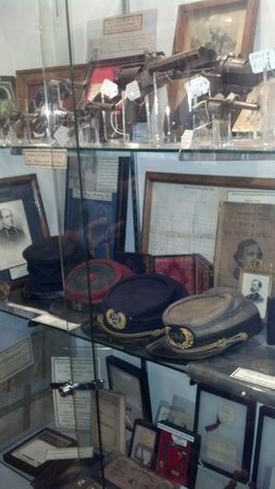 Gettysburg Museum of History : Union and Confederate headgear.