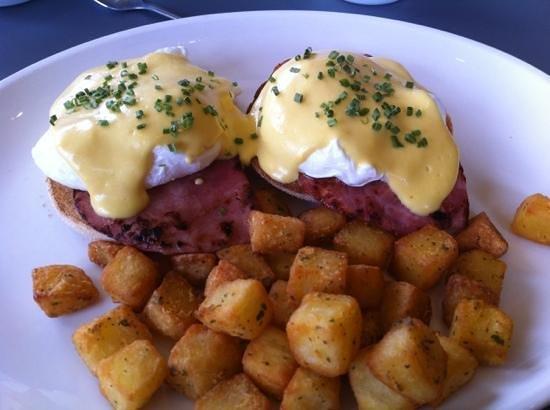 Cafe YOLK: eggs benedict :)
