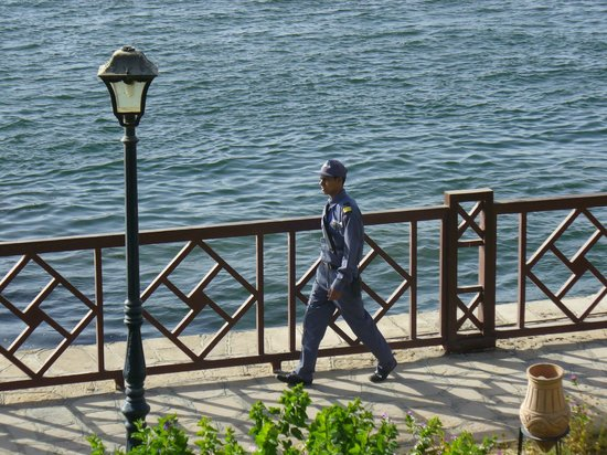 Mercure Luxor Karnak: Personnel de sécurité autour de l'hôtel