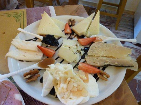 Bottega del Gusto: piatto di formaggi umbri