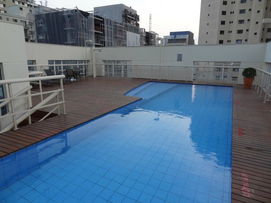 Quality Suites Alphaville: Swimming Pool on Floor 15