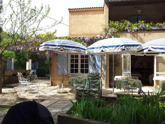 La Roquette: Belle terrasse ombragée au calme