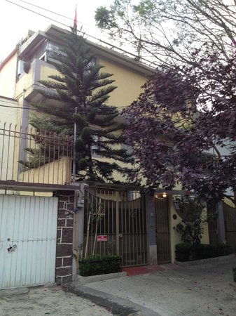Chalet del Carmen Coyoacán: view from the street