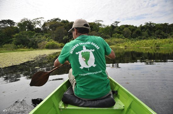 Tapiche Reserve: Katoo paddling the boat