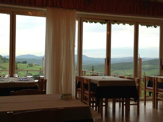 Relax Hotel Aquaviva: La sala da pranzo con vista sulla valle.