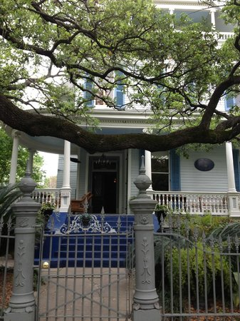Sully Mansion Bed and Breakfast: The welcoming porch and classic New Orleans oak at Sully Mansion.
