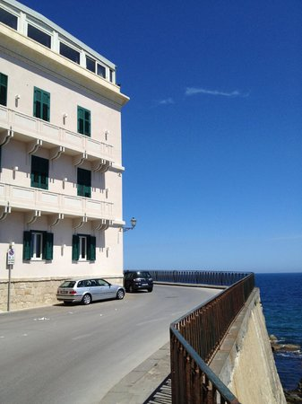 Hotel Livingston: View from side of hotel with sea in background
