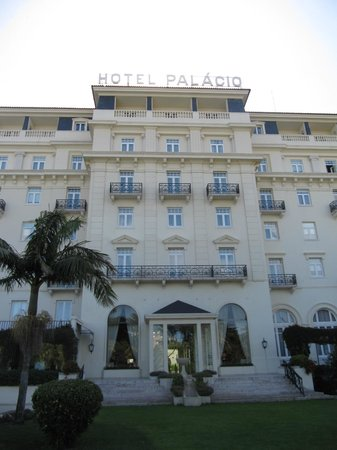 Palacio Estoril Hotel, Golf and Spa: Hotel form outside - our room -  central 2 terraces on the upper floor