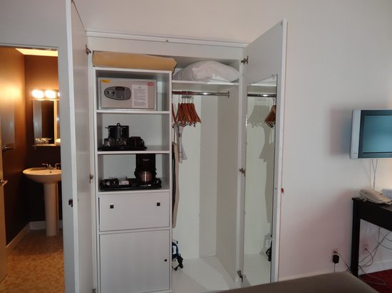 Moda Hotel : Closet, Mini-bar