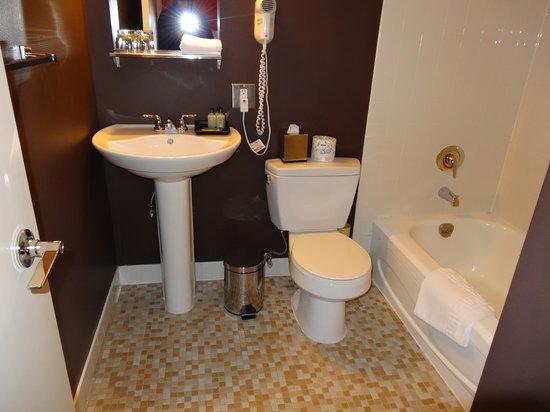 Moda Hotel: Toilet, Sink