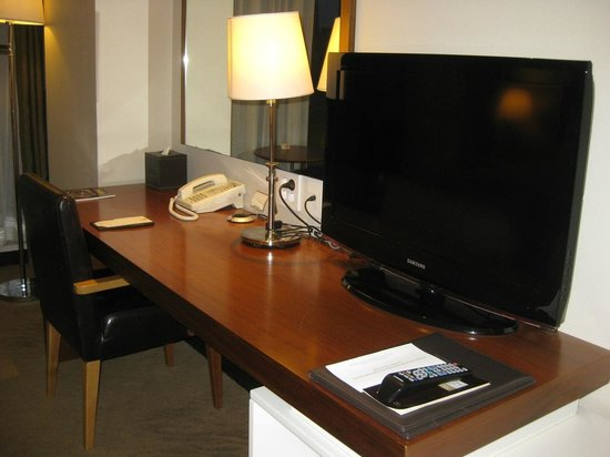 Orakai Songdo Park Hotel: Desk and TV
