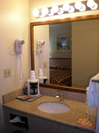 Econo Lodge Bend: Vanity