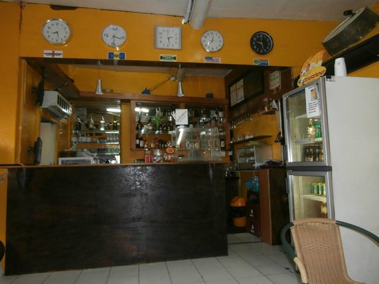 Access Point Internet Cafe : Inside the cafe, you can see the bar