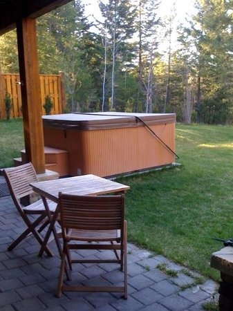 Canyon Ridge Lodge: Hot tub in back yard