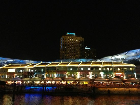Novotel Singapore Clarke Quay: view from Singapore River bank near hotel