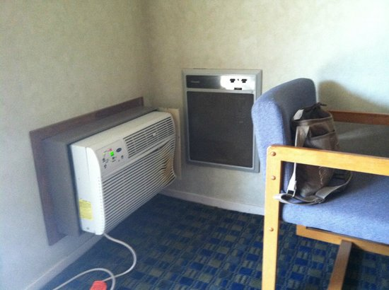Days Inn Solvang / Buellton: Heater next to A/C - with light switch to turn it on