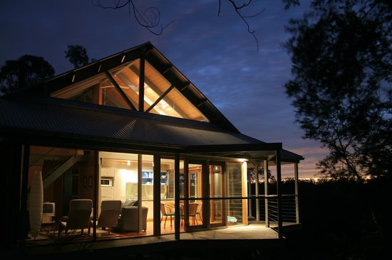 Bombah Point Eco Cottages: Cottage at sunset