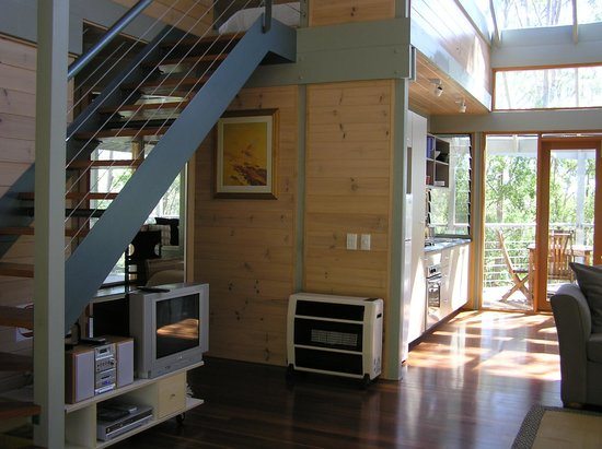 Bombah Point Eco Cottages: entrance and kitchen