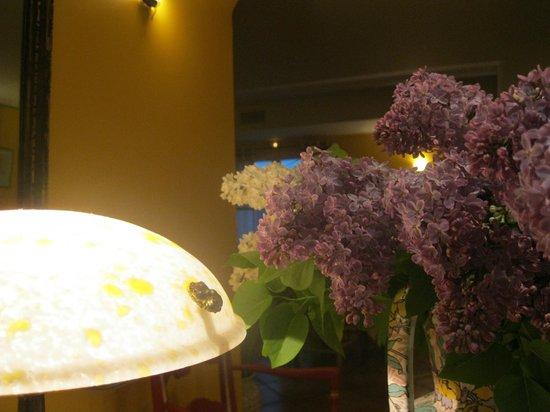 Hotel La Bastide d'Iris : Pleasing all your senses: antiques & fresh cut flowers