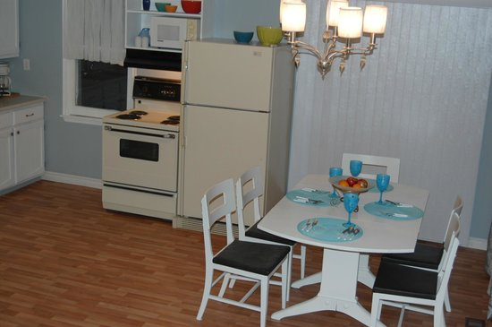 North Port, Canadá: Little White House.. open concept kitchen, dining, livingroom.